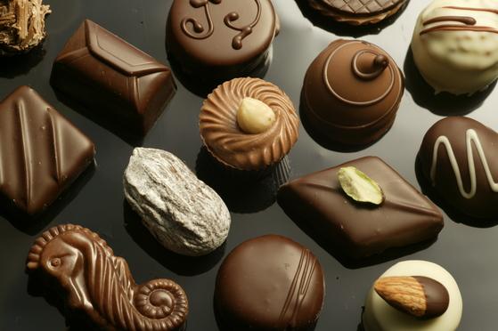 한국 수제 초콜릿의 대명사인 '카카오봄'의 다양한 초콜릿 제품들. '카카오봄'은 인천공항 제2청사 롯데면세점 안에 매장을 열었다. 개인의 토종 수제 초콜릿이 면세점에 입점한 것은 면세점 40년 역사에 처음 있는 일이라고 한다. 오랜 역사의 세계 명품들과 견줘도 경쟁력이 있다는 평가가 뒷받침한 결과겠다.