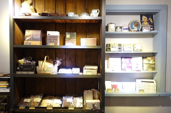 카페에서는 초콜릿·커피·공정무역 관련 책도 판매한다. 왼쪽 장식장에는 고영주 대표의 저서인 『초콜릿 학교』 『리얼 초콜릿』 『초콜릿 수첩』 을 진열했고, 오른쪽에는 커피·공정무역 관련 책이 놓여있다. 고 대표는 2006년부터 한국공정무역협회 출범 때부터 이사로 참여하고 있다.