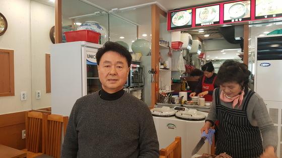 ①손님이 많지 않아 힘들다는 서울 신당동 함흥냉면 김복엽씨. 김동호 기자