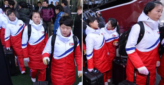 북한 선수단과 응원단, 태권도시범단 등의 평창동계올림픽 참가 관련 시설을 점검하기 위한 북측 선발대와 남북 단일팀에 참가할 북한 여자 아이스하키 선수단이 25일 오전 경의선 CIQ를 통해 입경했다. 북한 여자 아이스하키 선수단이 버스에서 내리고 있다. [사진공동취재단]