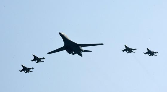 미 공군 초음속 전략폭격기인 B-1B 랜서가 지난해 9월 13일 경기도 오산공군기지 상공에서 F-16 전투기 4대의 호위를 받으며 작전을 수행하고 있다. 한미 군 당군은 북한의 지난해 9월 9일 5차 핵실험에 대한 강력한 대북 무력시위 차원에서 B-1B를 시작으로 미군 전략무기를 순차적으로 한반도에 전개하기로 했다. [사진공동취재단]