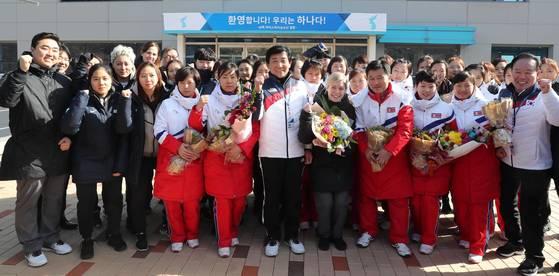 우리나라와 단일팀을 구성해 평창동계올림픽에 출전할 북한 여자 아이스하키 선수단이 25일 오후 충청북도 진천군 국가대표선수촌 빙상훈련장에 도착해 환영식을 하고 있다. 남북한 선수단이 기념촬영을 하고있다. 2018.01.25 <사진공동취재단>