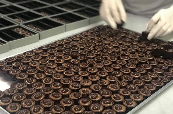 인천공항 제2청사 면세점 안에 지난 18일 문을 연 카카오봄 장에 갈 프랄린 초콜릿을 준비하고 있다.
