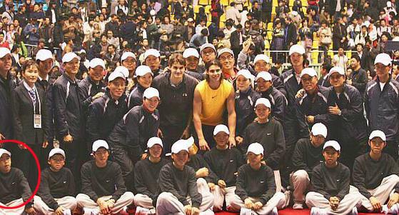 12년 전인 2006년 함께 사진을 찍었던 정현과 페더러. 왼쪽 아래 앳된 모습의 정현 선수가 보인다. [사진 트위터]