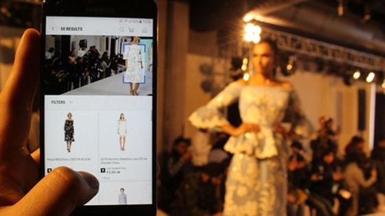 삼성전자는 사진을 찍어 인터넷 쇼핑몰 상품을 검색할 수 있는 '비주얼 검색' 을 적용한 삼성몰 서비스를 인도에서 상용화했다.