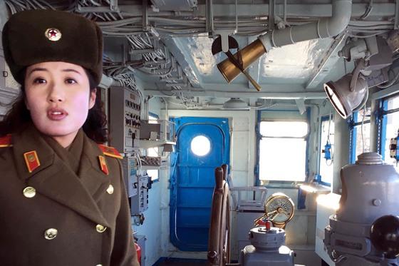 24일 평양에 전시돼 있는 미 함정 푸에블로함에서 여성 안내원이 설명을 하고 있다. 이 배는 1968년 1월 23일 원산 앞 동해상에서 북한에 의해 나포됐다. 11개월 만에 북한은 승무원만 풀어줬다. [AP=연합뉴스]