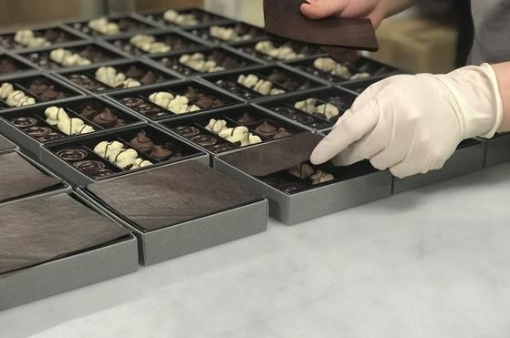 인천공항 제2청사 면세점 안에 지난 18일 문을 연 카카오봄 매장에 들어갈 프랄린 초콜릿을 포장하고 있다.