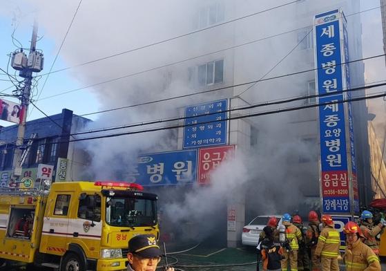 26일 오전 7시30분쯤 경남 밀양 세종병원 응급실에서 화재가 발생해 소방대원들이 화재를 진압하고 있다. 병원은 6층 건물로 100여 명의 환자가 입원해 있는 것으로 알려졌다. [사진 경남지방경찰청]