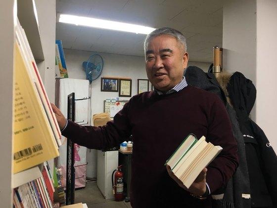 23일 서울 정릉동 '책마을'에서 이만균(61)씨를 만났다. 그는 15년째 도움이 필요한 전국 곳곳에 책을 기부하고 있다. 홍상지 기자