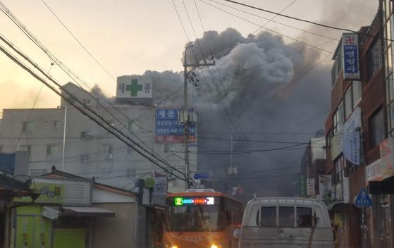 26일 오전 7시 30분께 경남 밀양시 가곡동 세종병원에서 화재가 화재가 발생, 수십명이 사망한 것으로 알져졌다. 현재 인명피해와 화재원인을 조사하고 있다. [독자 제공=연합뉴스]