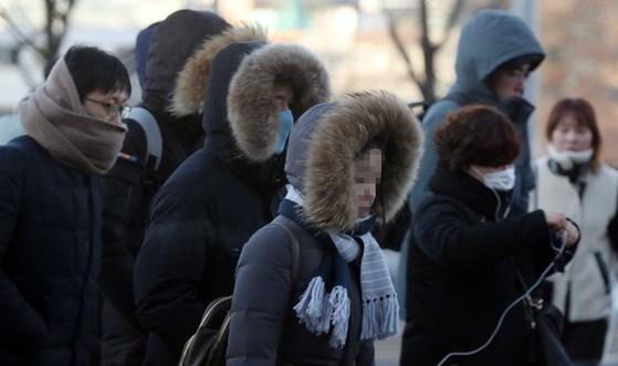 전국 대부분 지역에 한파특보가 발효된 25일 출근길 시민들이 두터운 외투 차림에 목도리와 마스크까지 착용한 채 서울 염천교 인근을 지나고 있다. 이날 아침 서울의 최저기온은 영하 16.4도를 기록했다. 변선구 기자