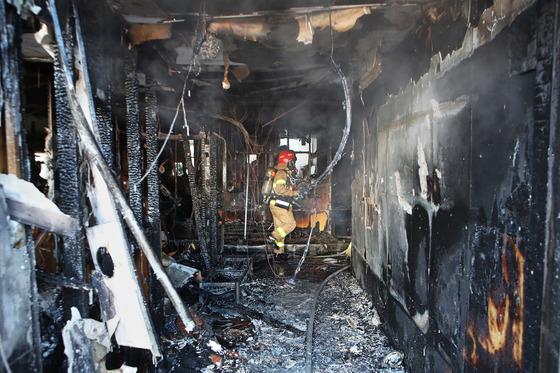 경남 밀양시 가곡동에 있는 세종병원에서 26일 오전 7시25분 큰불이 나 37명이 숨지고 143명이 다쳤다. 불이 처음 난 곳으로 추정되는 병원 1층 응급실에서 한 소방관이 진화작업을 하고 있다. [송봉근 기자]