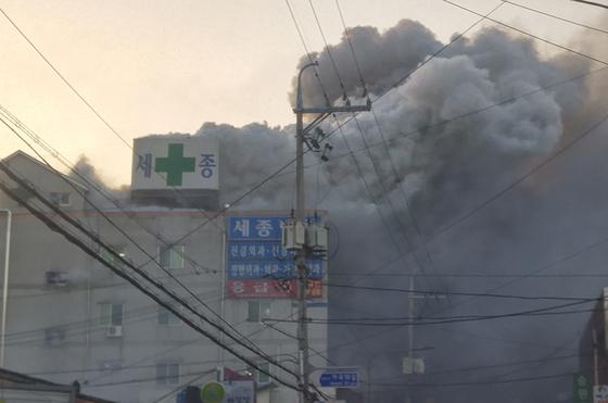 26일 오전 7시 30분쯤 경남 밀양시 가곡동 세종병원에서 화재가 화재가 발생, 수십명이 사망한 것으로 알져졌다. 현재 인명피해와 화재원인을 조사하고 있다. [연합뉴스]