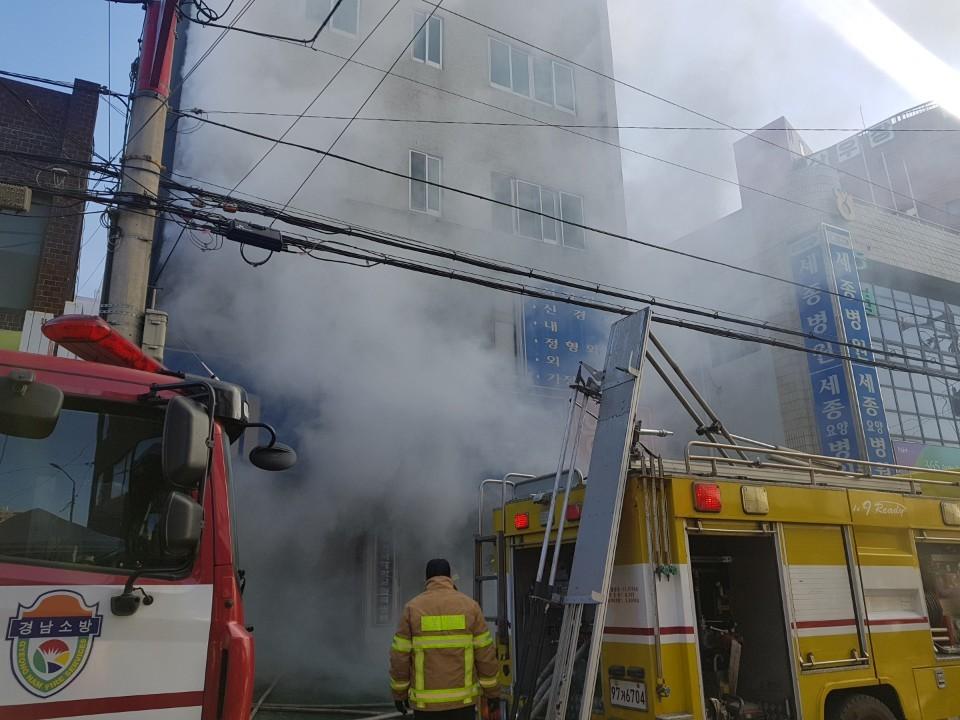 밀양 세종병원 화재 당시 연기가 가득 피어오르고 있다. 송봉근 기자