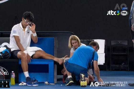 발바닥 부상을 안고 뛴 정현. 호주오픈 준결승전에서 메디컬 타임아웃을 요청하고 치료를 받고 있다. [사진 JTBC3 FOX Sports]