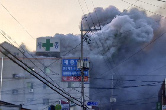 26일 오전 경남 밀양시 세종병원에서 연기가 하늘로 치솟고 있다. [연합뉴스]