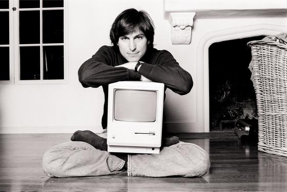 1984년 매킨토시 PC를 안고 있는 청년 스티브 잡스. 매킨토시는 도스 명령어 대신 아이콘·메뉴와 마우스를 적용해 일반인들도 사용하기 쉽게 만든 PC다. [중앙포토]