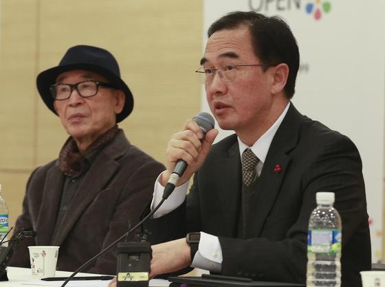 조명균 장관이 '한반도 전략대화'에서 대북정책을 설명하고 있다. 왼쪽은 고은 시인. [임현동 기자]