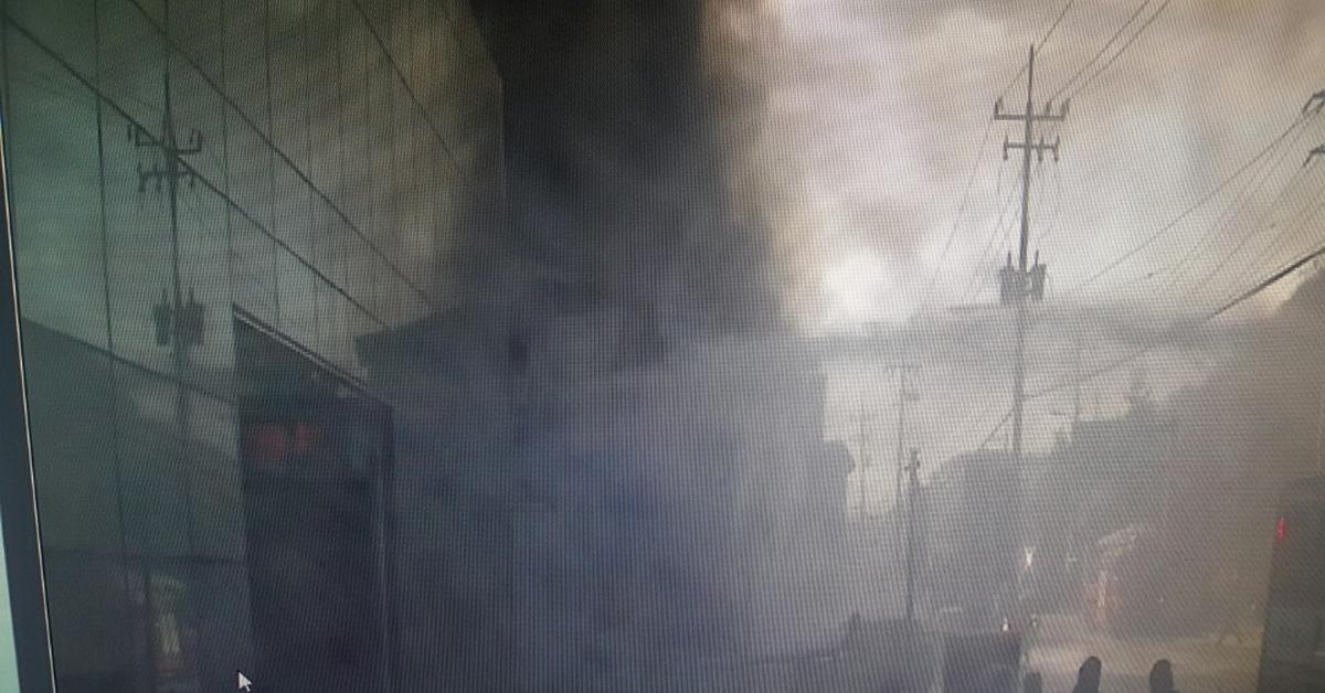 27일 오전 10시28분께 경기 광주시 초월읍의 한 가구백화점에서 불이 나 소방당국이 진화작업을 벌이고 있다. [사진 경기도재난안전본부 제공]