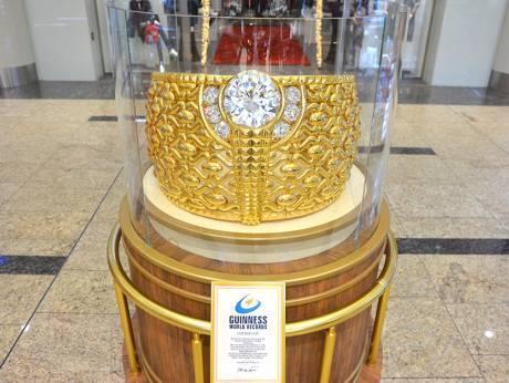 사하라 쇼핑센터에 전시된 세계에서 가장 큰 금반지. [연합뉴스]