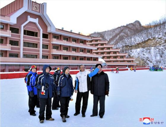 북한 조선중앙통신이 27일 홈페이지에 게재한 우리 측 선발대의 마식령스키장 스키 공동훈련 사전점검을 위한 방북 사진. 북측 관계자가 우리 측 관계자를 안내하는 모습이다. [연합뉴스]