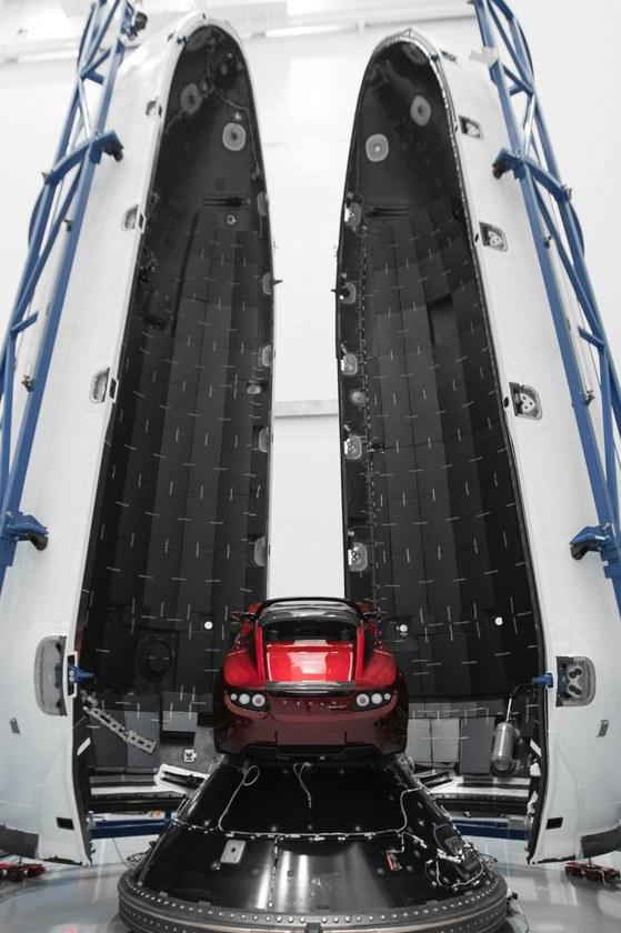 로드스터에서는 데이비드 보위가 1969년 발표한 곡인 '스페이스 오딧트(space oddity)'가 흘러나온다. 팰컨 헤비는 1969년 '아폴로11호'가 달을 향해 날아오른 케네디 우주센터 '패드 39A'에서 발사된다.