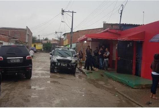 브라질 세아라 주 경찰이 27일(현지시간) 총기 난사 사건이 벌어진 나이트클럽에서 현장 조사를 하고 있다. [아젠시아 브라질=연합뉴스]