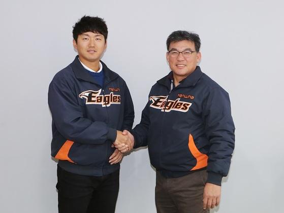 28일 FA 계약을 체결한 한화 투수 안영명과 박종훈 단장. [사진 한화 이글스]