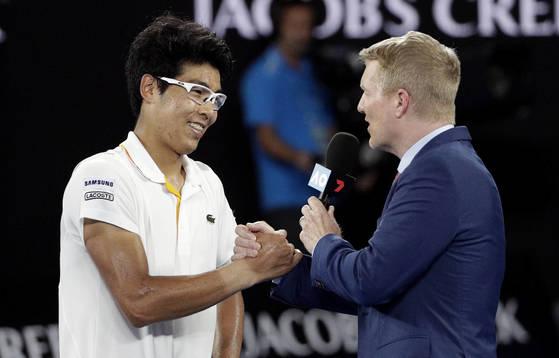 메이저 대회 4회 우승에 빛나는 짐 쿠리어와 영어로 인터뷰를 하고 있는 정현(왼쪽). [멜버른 AP=연합뉴스]