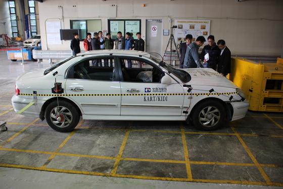 10일 경기도 이천 보험개발원 자동차기술연구소에서 자동차 충돌 테스트가 이뤄졌다. 수입차 등 고가차의 보험료 인상을 앞두고 수리비 산정을 위한 사전 등급 평가가 활발하게 이뤄지고 있다. [사진 보험개발원]