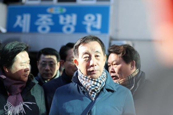 김성태 자유한국당 원내대표가 26일 오후 밀양 세종병원 화재 현장을 둘러보고 있다. [뉴스1]