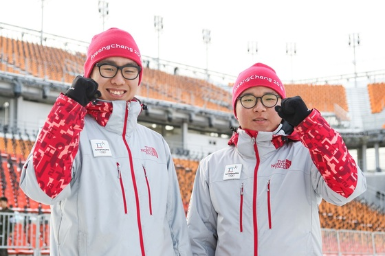 육군 11사단의 박준현 상병(왼쪽)과 김영훈 일병. 이들은 아버지의 대를 이어 올림픽 지원 업무를 맡게 됐다. [사진 육군]