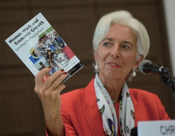 지난해 9월 방한한 크리스틴 라가르드 IMF 총재가 서울 중구 프레스센터에서 방한 성과 기자회견을 하던 중 [여성의 노동과 경제성장]에 대한 책을 들어보이고 있다.