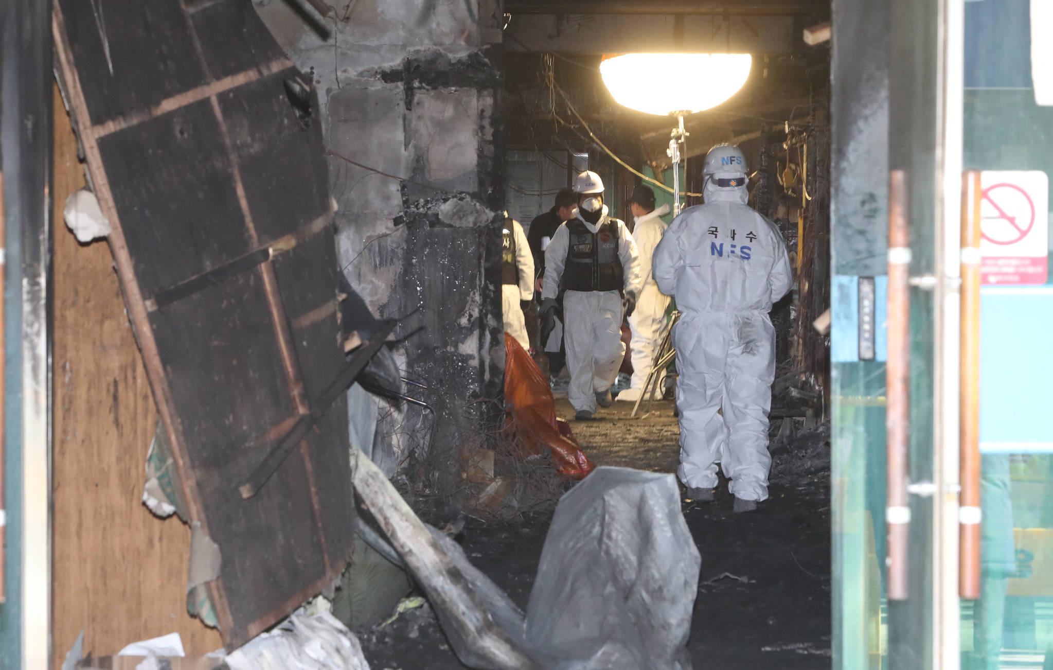 38명의 목숨을 앗아간 경남 밀양 세종병원 화재 발생 사흘째인 28일 경찰이 3차 합동 감식을 진행하고 있다. 송봉근 기자