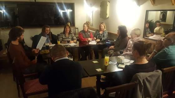 영국 웨일스 바닷가 마을 아버포스의 한 주점에서 지난 23일(현지시간) 저녁 주민들이 일회용 플라스틱 사용을 줄이기 위한 방안을 논의하고 있다. [사진=김성탁 특파원]