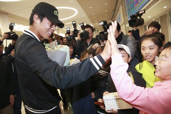 '2018 호주오픈 테니스대회'에서 4강에 오른 한국 테니스의 간판 정현이 28일 오후 인천공항을 통해 귀국해 환영나온 아이와 하이파이브 하고 있다. 임현동 기자 /20180128