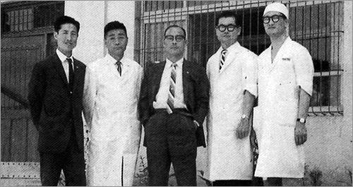 정형식 일양약품 명예회장이 창업 초기 회사 직원들과 함께 찍은 사진. [사진 일양약품]