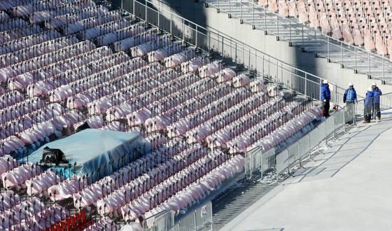 추위가 몰아친 지난 11일 강원 평창군 겨울올림픽 개·폐회식장에서 관중석마다 행사 준비를 위한 막바지 공사가 한창이다. 개막식용 장비 설치가 마무리된 관중석은 흰 비닐로 덮어 놨다.[연합뉴스]
