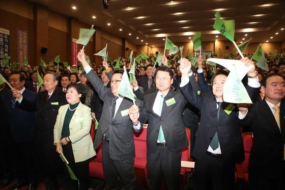 권노갑 고문 등 창단발기인대회 참석자들이 28일 국회의원회관에서 민주평화당기를 흔들며 창당을 축하하고 있다. 오종택 기자
