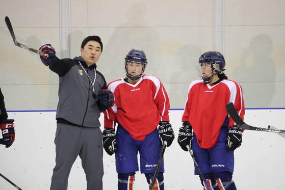 지난 26일 진천선수촌 빙상장에서 평창 올림픽 여자 아이스하키 단일팀 북한 선수들이 남측 코치의 지도를 받고 있다. [사진 통일부]