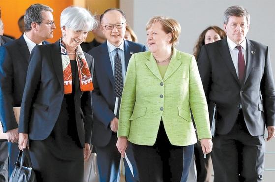 지난해 4월 10일 당시 국제 경제·금융기구 수장들이 독일 베를린 회의에 참석해 보호무역 득세를 우려했다. 왼쪽부터 호베르토 아제베두 세계무역기구(WTO) 사무총장, 크리스틴 라가르드 국제통화기금(IMF) 총재, 김용 세계은행 총재, 앙겔라 메르켈 독일 총리, 가이 라이더 국제노동기구(ILO) 사무총장. / 사진:연합뉴스
