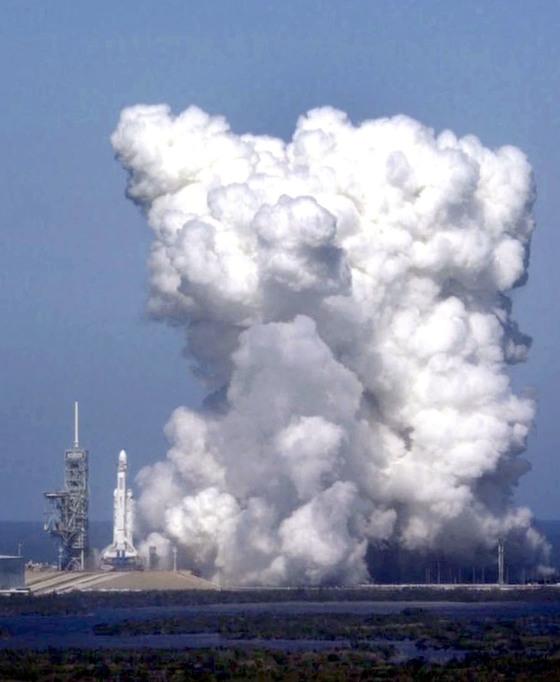 24일 미국 플로리다 케네디 우주센터에서 팰컨 헤비 로켓의 연소시험이 진행됐다.팰컨 헤비는 이달 중 화성을 향해 날아갈 예정이다.[AP=연합뉴스]