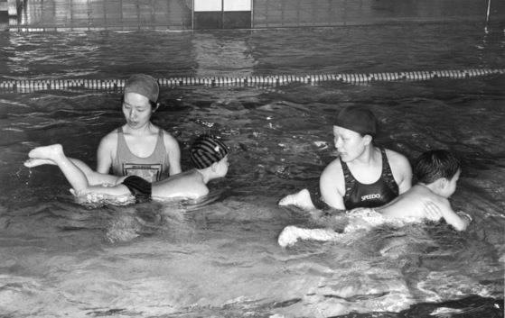 수영장에서 수영 치료를 받는 자폐 성향 어린이들. [중앙포토] ※기사와 사진은 관계 없습니다.