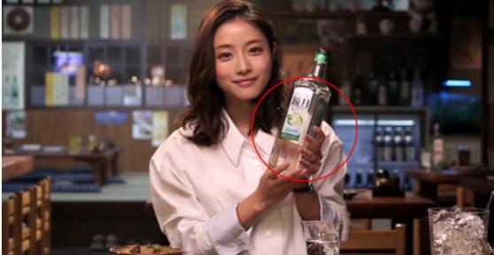 일본에서 일본 소주보다 높은 인기를 누리고 있는 경월 소주는 '이시하라 사토미'라는 일본 국민 여배우를 광고모델로 기용해 TV광고 등을 하고 있다. [중앙포토]