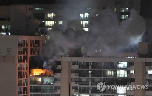 28일 저녁 서울 은평구 불광동의 한 아파트 고층에서 화재가 발생해 연기와 함께 불길이 치솟고 있다. [사진 연합뉴스]