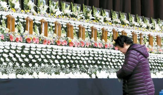 세종병원 화재 사망자의 위패가 모셔진 밀양문화체육관 내 합동분향소에서 한 추모객이 묵념을 하고 있다. 송봉근 기자