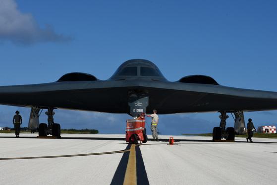 지난 8일(현지시간) 미 공군의 스텔스 전략폭격기인 B-2가 괌에 순환배치됐다. [사진 미 공군]