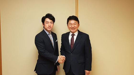 지난 26일 도쿄에서 만난 고이즈미 신지로 자민당 의원(왼쪽)과 원희룡 제주지사(오른쪽)가 악수하고 있다.[원희룡 지사측 제공]