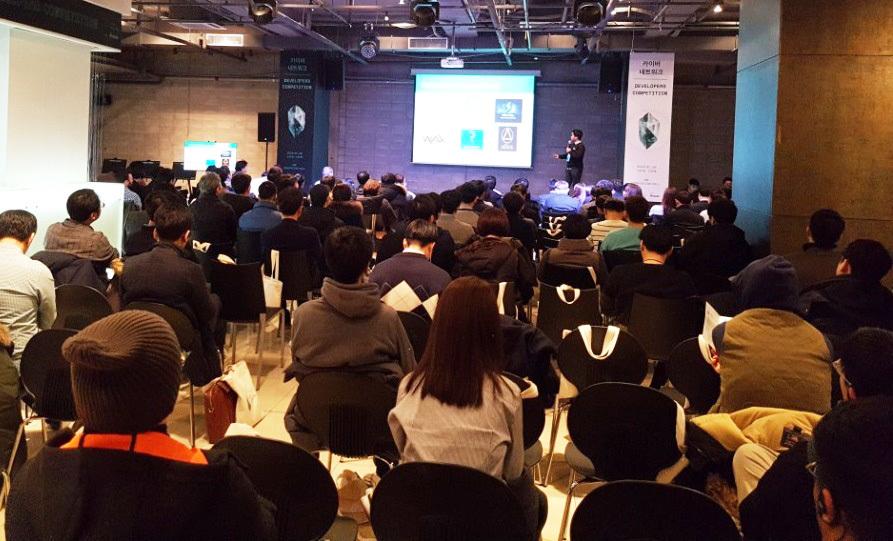 지난 20일 서울 강남구 삼성동에서 싱가포르 블록체인 카이버네트워크 창업팀과 국내 개발자들이 만났다. 세미나에 이어 블록체인 기술을 활용한 스타트업들의 경진대회도 열렸다. 박수련 기자