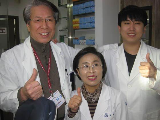 제45회 치과위생사 시험에서 역대 최고령 나이로 합격한 김향미(가운데)씨와 어머니와 같은 학과에 다니며 동시에 합격한 아들 오장원(오른쪽)씨, 치과 의원 원장인 남편 오갑용(왼쪽)씨가 한자리에 모였다. 전익진 기자